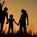 Beitragsbild: Familie im Sonnenuntergang