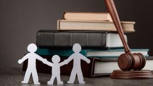 Beitragsbild: Symbolische Darstellung Familien vor Gericht
